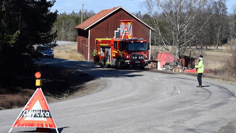 Brandbil i diket på mindre väg. Foto: Pontus Stenberg.