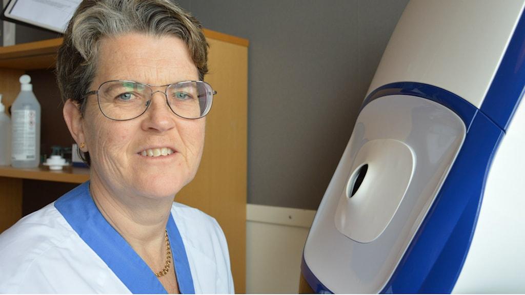 Ögonsjuksköterskan Carina Erlandson vid den nya ögonkameran.