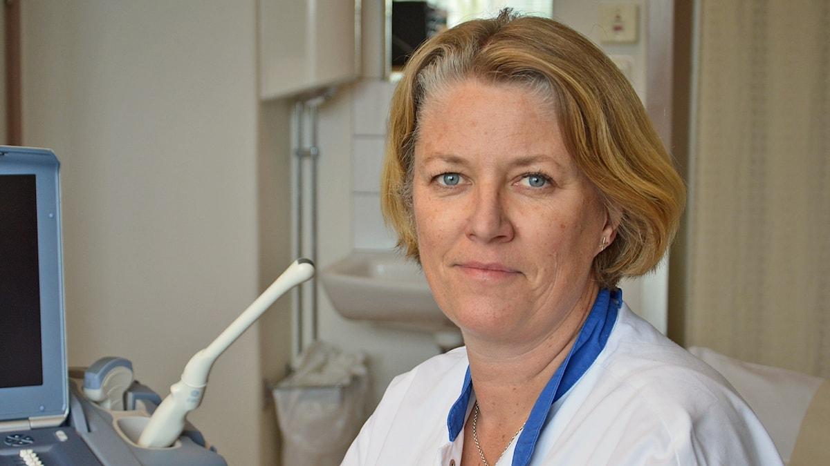 Anna Ackefors vid en ultraljudsapparat.
