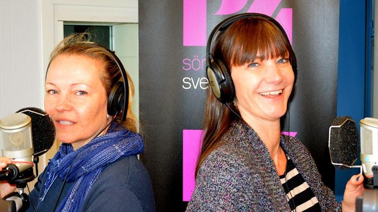 Systrarna Lena Appel och Kajsa Engstrand i P4 Sörmlandstudion i Nyköping.