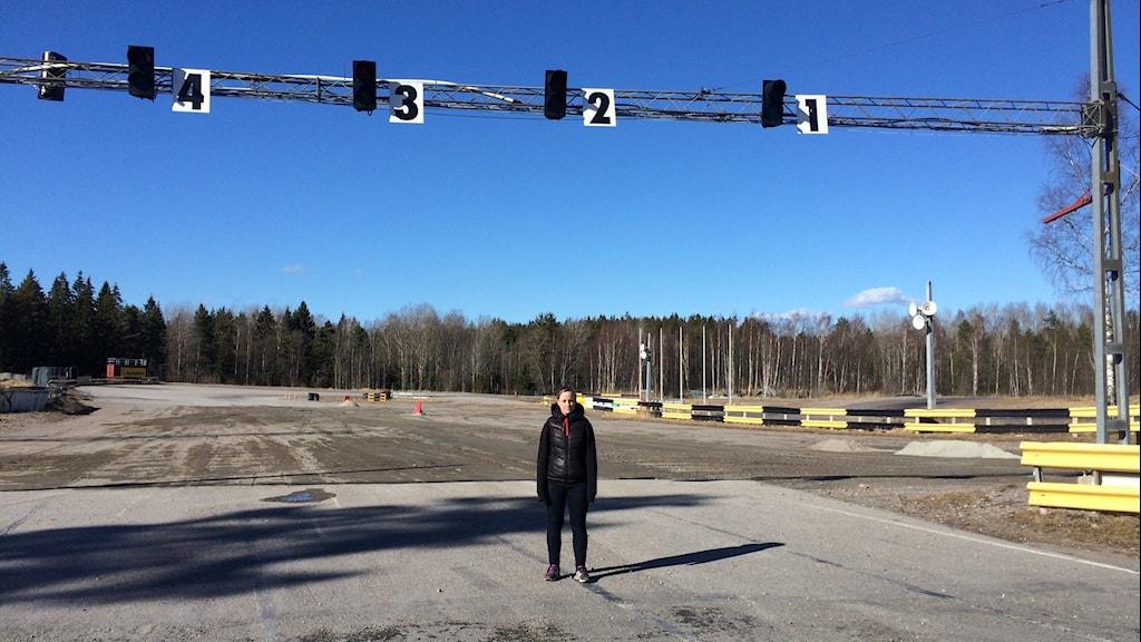 Emmelie Johansson står på körbanan vid startfältet