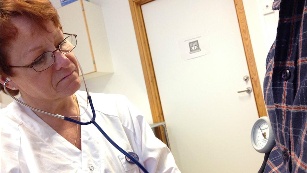 Hjärtsviktssköterskan Lotta Kamondi mäter blodtryck på patient.