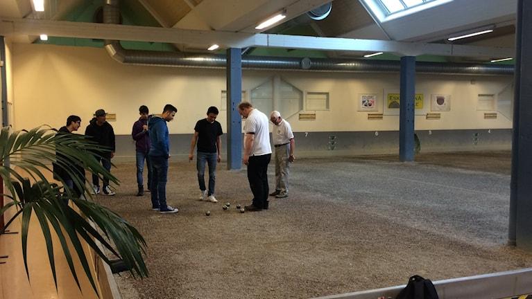 Några unga män testar på boule.