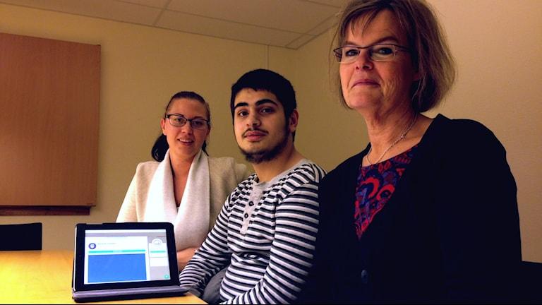 Lärarna Sarah Lindqvist och Lena-Karin Molin sitter på var sin sida om eleven Mohamed.