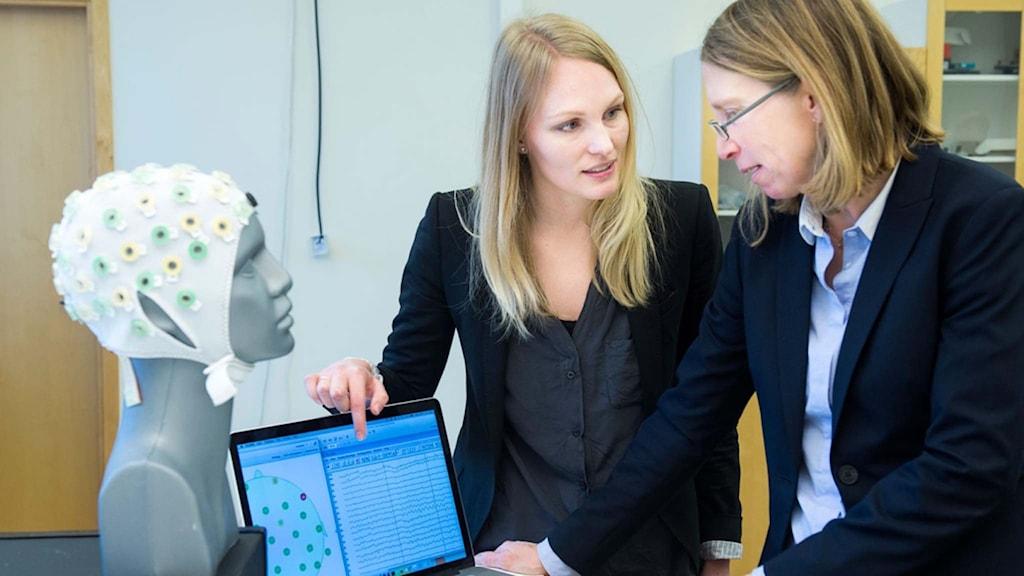 Elaine Åstrand och Maria Lindén, forskare inom området inbyggda sensorsystem för hälsa, mäter hjärnaktivitet med hjälp av sensorer. Bild: Jonas Bilberg.