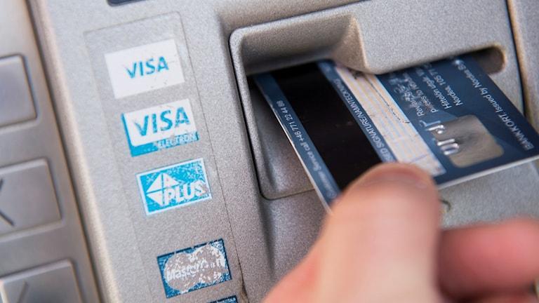Ett kort förs in i en bankomat.