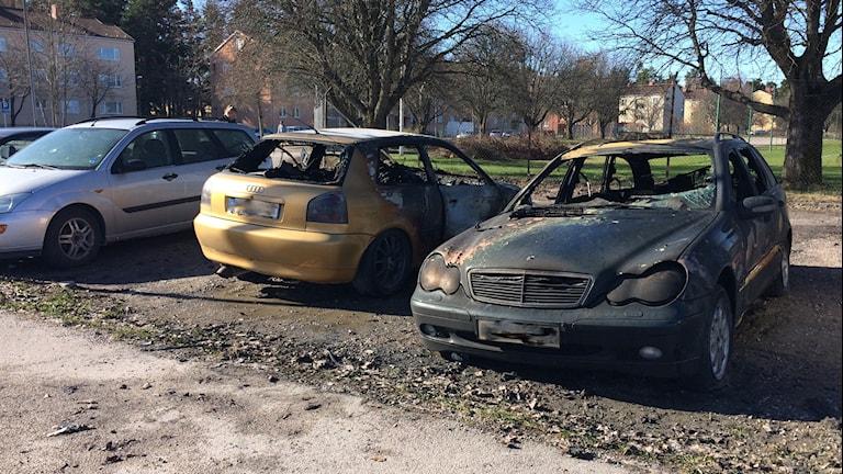 Tre bilar förstördes vid bränder i Eskilstuna i natt. Foto: Josefin Lundin/Sveriges Radio.