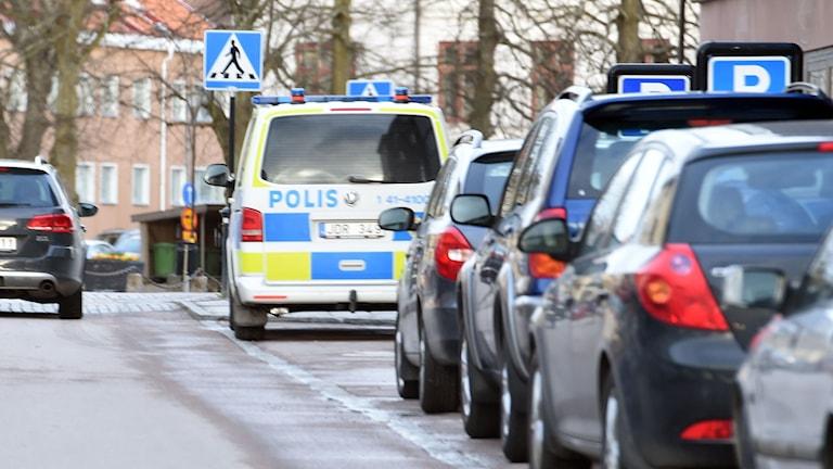 Polisbil på Storgatan i Strängnäs.