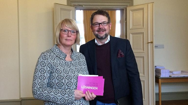 Cecilia Rahbek Nöhr, ordförande i Lärarförbundet i Eskilstuna och Jari Puustinen, ordförande i barn- och utbildningsnämnden. Foto: Josefin Lundin/Sveriges Radio.