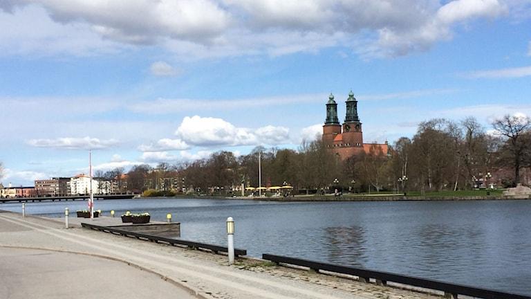 Eskilstuna vid ån, med Kloster kyrka i bakgrunden. Foto: Fredrik Blomberg/Sveriges Radio.
