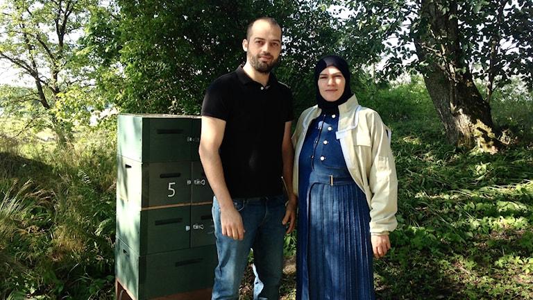 Man och kvinna står framför biodling.