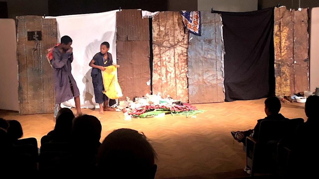 Två pojkar på en scen