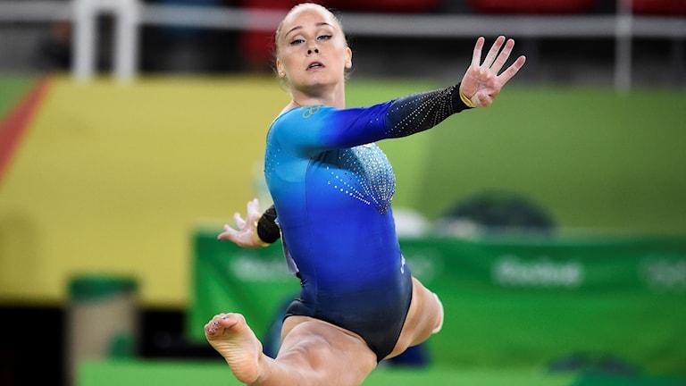 Emma Larsson i artistisk gymnastik, kval, på Olympiaarenan under söndagen. Foto: Tobias Röstlund/TT.