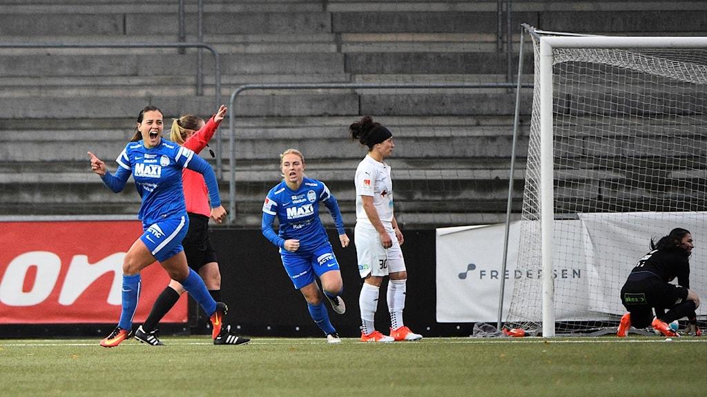Banusic Eskilstuna United jublar efter mål mot Rosengård. Foto: Emil Langvad/TT.