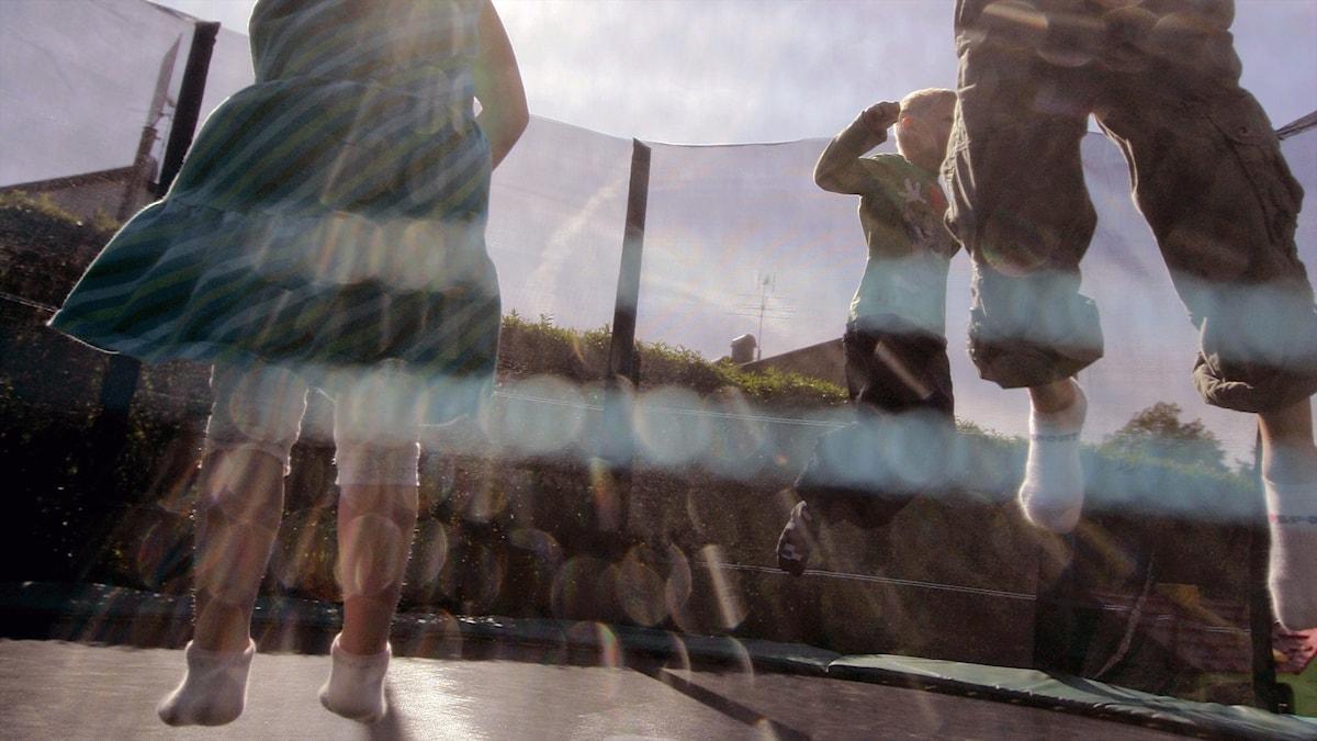 barn som hoppar på en studsmatta.