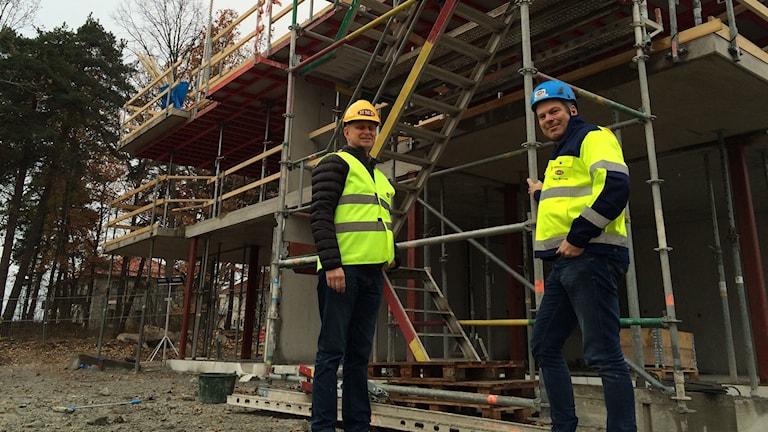 Från vänster Marko Pöllänen, vd på Sveriges Byggindustrier i Ekilstuna, samt Krister Karlsson, vd på HMB Construction. Båda anser att det finns för få kompetenta byggledare och platschefer i Södermanland. Här är de vid ett av företagets byggen i Eskilstuna: Kvarteret Skolmästaren med cirka 120 nya lägenheter.