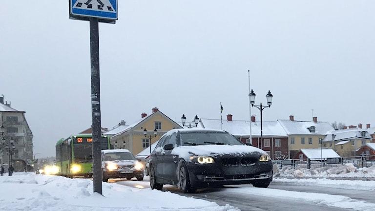 Bilar och en buss kör på snöig och isig gata i Eskilstuna.