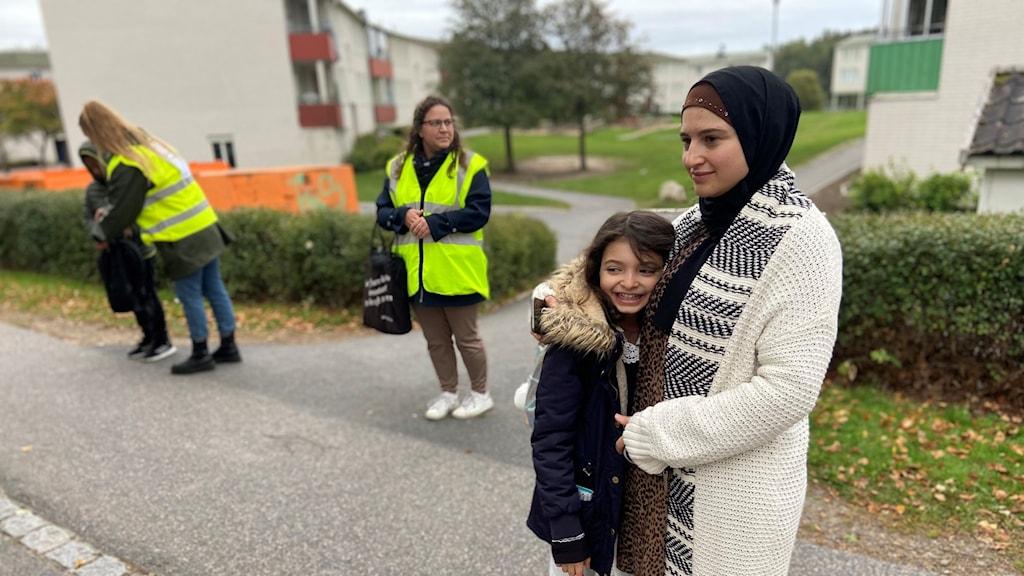 Fatima Melhem och Syrin Saleh testar den vandrande skolbussen i Flen.