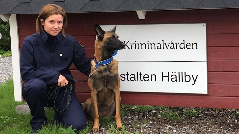 Knarkhunden Smilla och hundföraren Anna-Maria Hansson