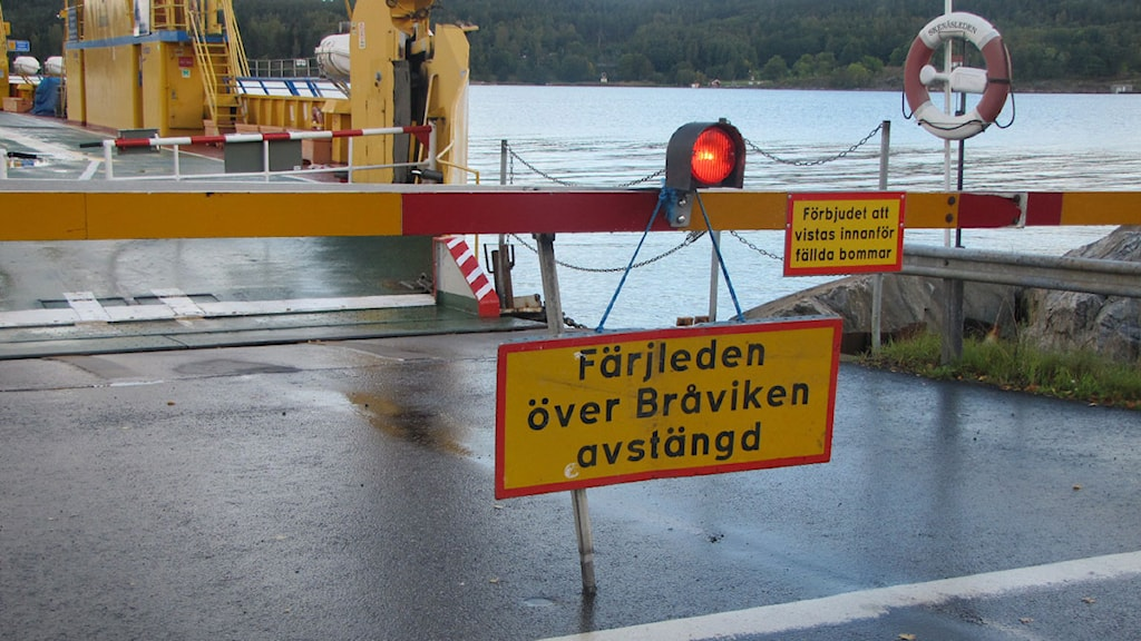 Avstängningsskylt med Skenäsfärjan i bakgrunden. Foto: Jessica Gredin/ Sveriges Radio Östergötland