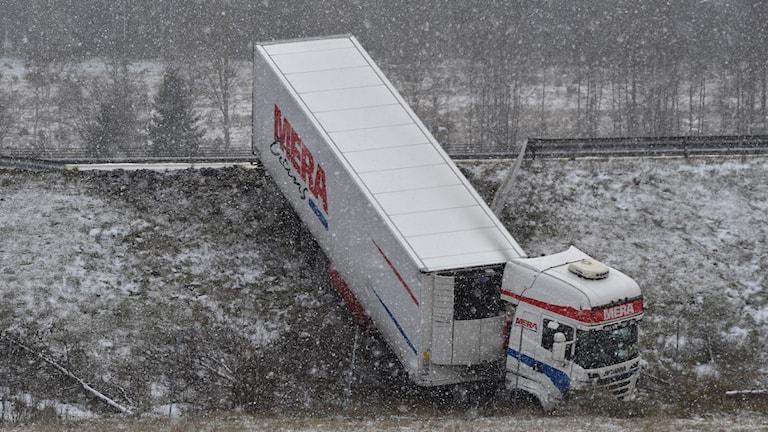 Lastbil i diket på E4. Foto: Pontus Stenberg.