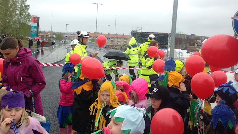 barn med ballonger framför bron