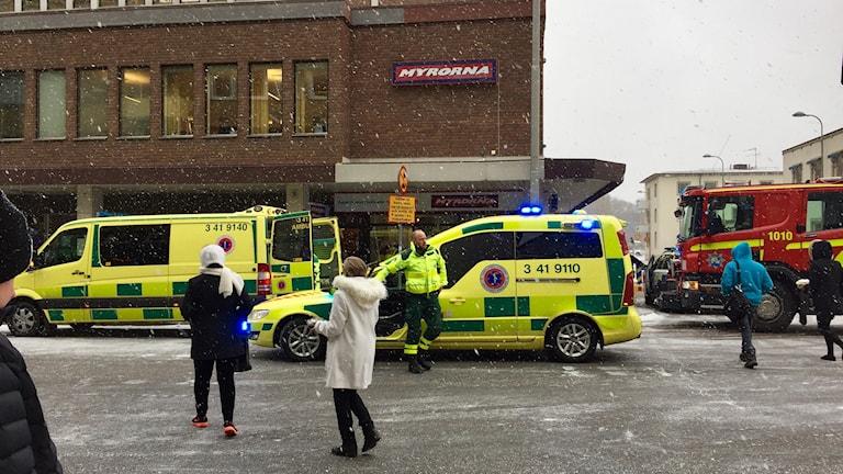 Två ambulanser i snöfall i stadsmiljö. Foto: Annizeth Åberg/Sveriges Radio.