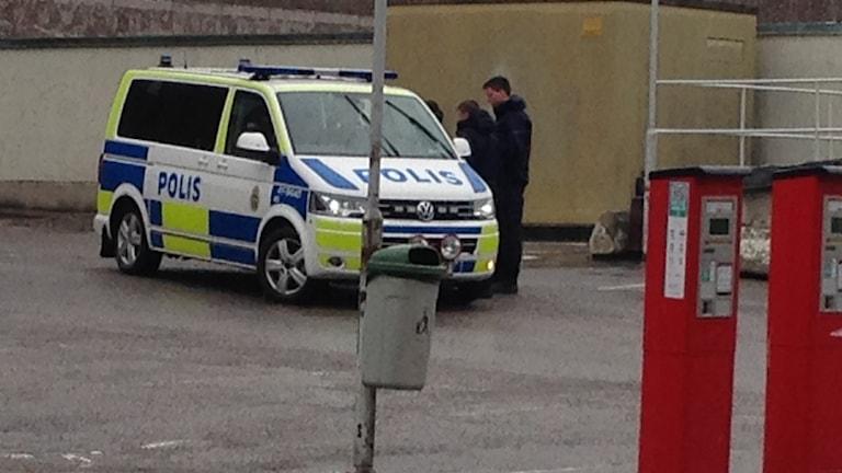Polisens på plats på parkeringen i korsningen Rademachergatan/Kriebsensgatan i Eskilstuna.