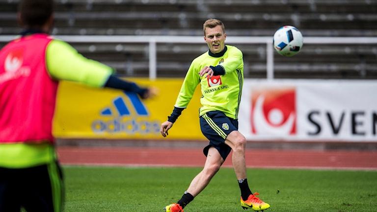 Sebastian Larsson sparkar boll