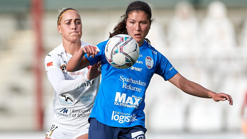 Två kvinnliga fotbollsspelare