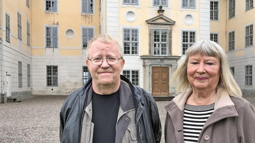 Krister Pettersson och Eva Hultén står utanför Mälsåkers slott.