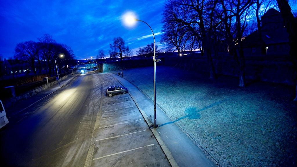 En ensam bil på en parkering.