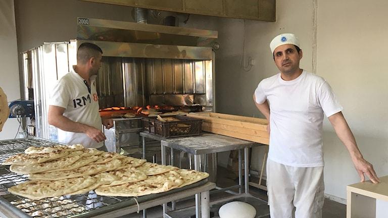 Ali Ahmadi och kollega bakar bröd i Nyfors i Eskilstuna