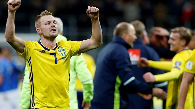 Sebastian Larsson gråter efter play-offmatchen mot Italien.