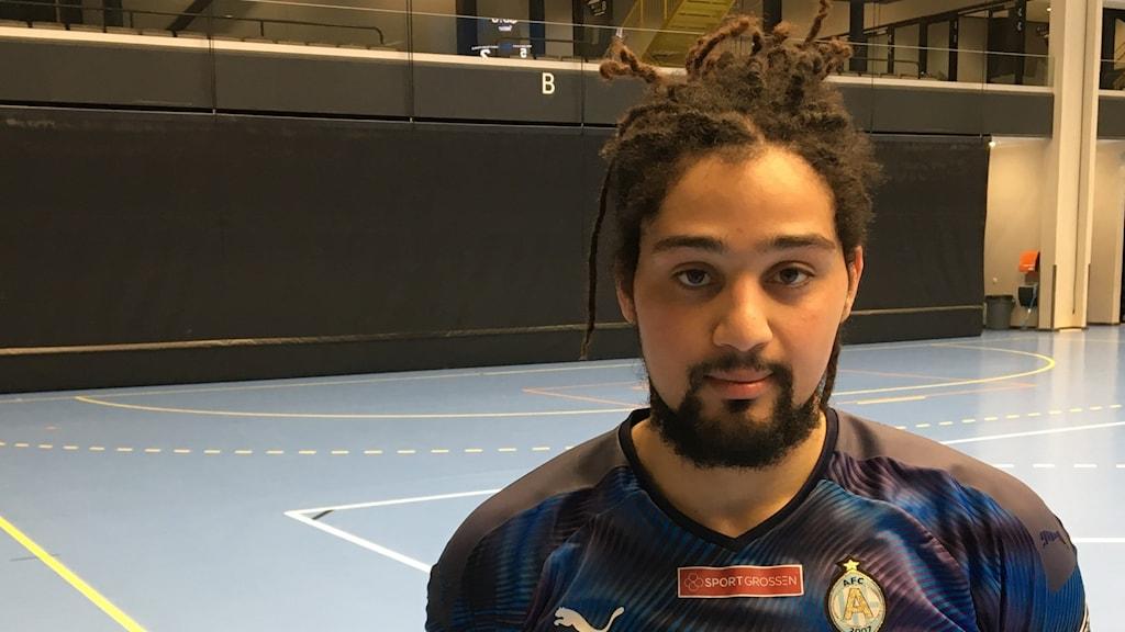 Futsalspelare  står på spelplan. Foto: Johan Kindmark/Sveriges Radio.
