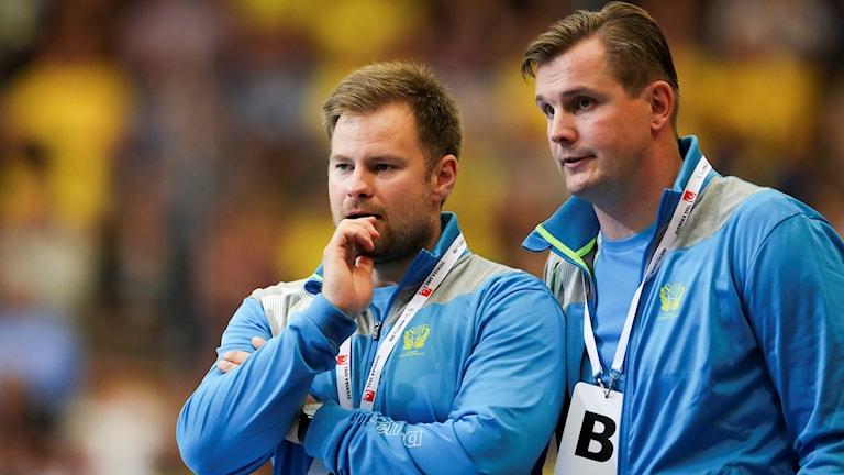 Sveriges tränarduo Kristján Andrésson och Martin Boquist under herrarnas andra playoff-match till VM mellan Sverige och Nederländerna på Kristianstad Arena.
