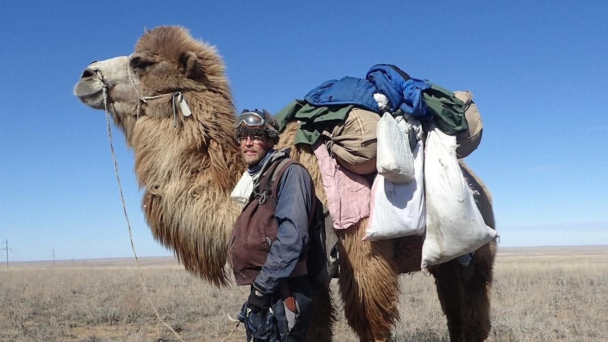 Christian Bodegren med sin kamel nära