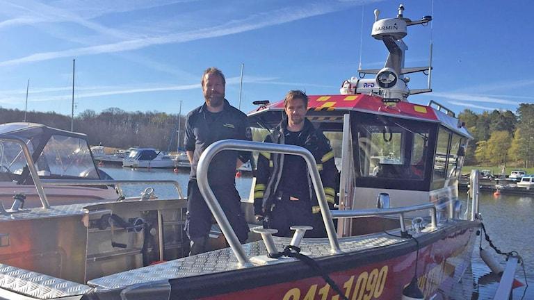 Räddningstjänsten på nya båten.