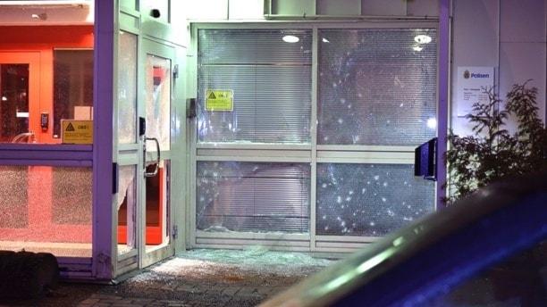 Så här såg det ut vid granatattacken mot polishuset i Katrineholm nyårsnatten.
