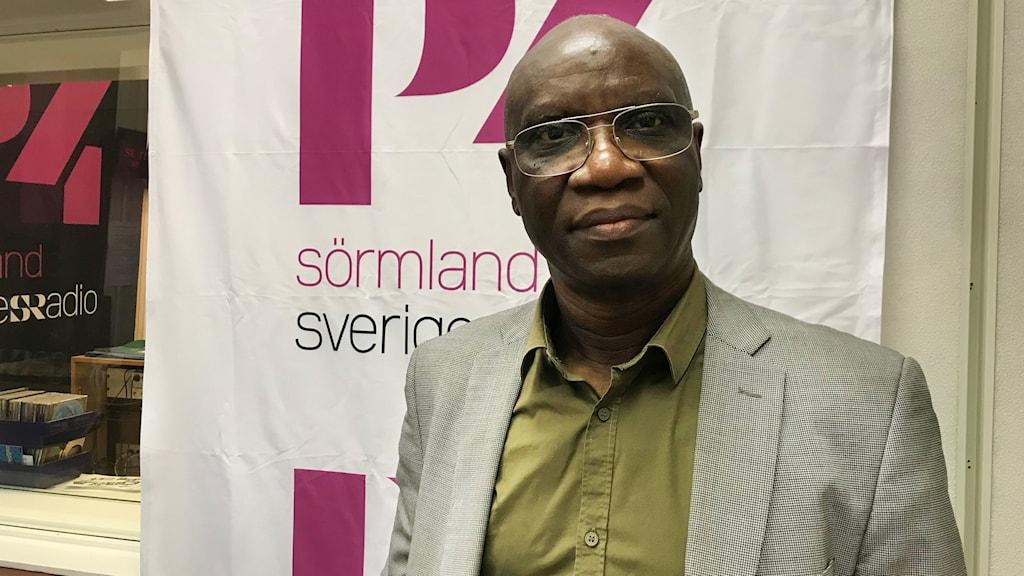 Pastor Josef Nsumbu i P4 Sörmlands studio.