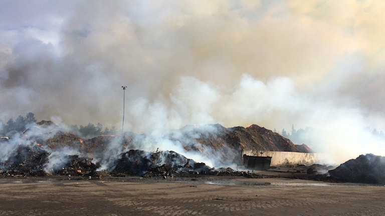 Det pyr och ryker fortfarande kraftigt från avfallshögarna på Lilla Nyby.  Foto: Vesa Hiltula, chef för återvinningsanläggningen.