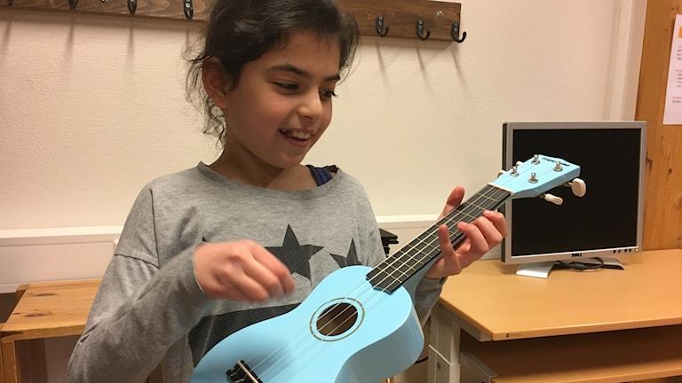 Balkis spelar ukulele