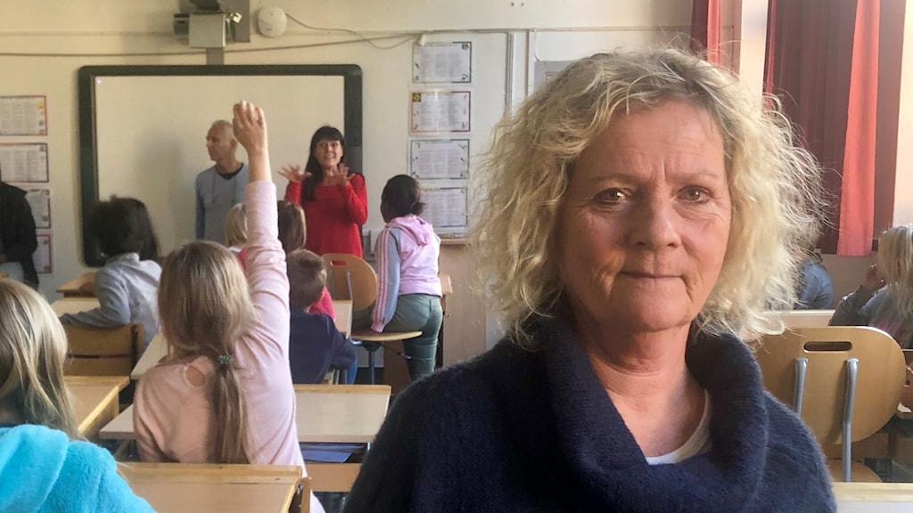 Kvinna står i klassrum