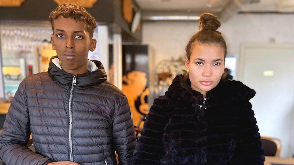 Två unga personer Abdi Mahdi och Sara Ceesay står inne på en pizzeria i Brandkärr