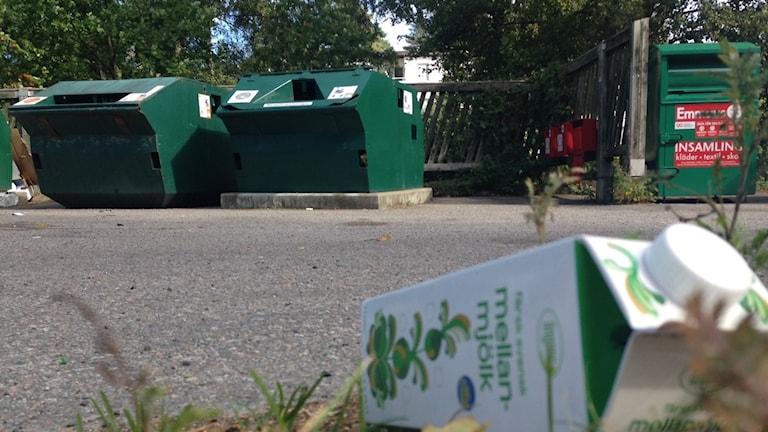 Mjölkpaket på marken vid återvinningsstation. Foto: Linnéa Wannefors