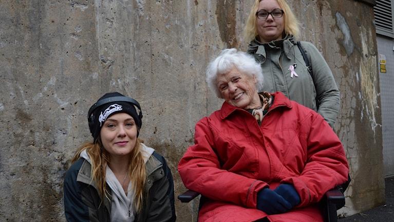 Konstnären Henrietta Kozica, Ingrid Sundqvist och ledsagaren Emelie Lindblom.