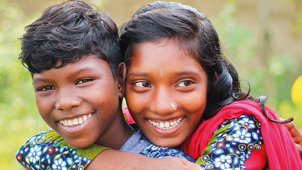 En pojke och en flicka håller om varandra.