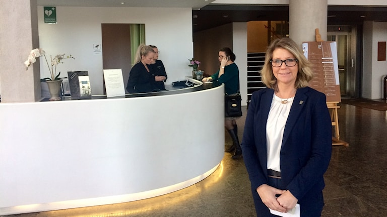 Kvinna står i hotellreception