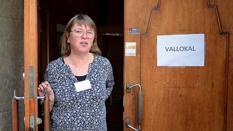 Svenska kyrkans valfunktionär Gunilla Lindholm, öppnar vallokalen i S:t Nicolai församlingshem i Nyköping.