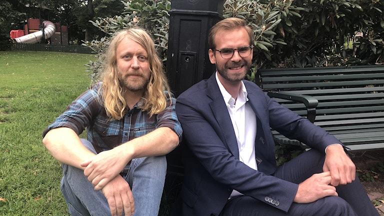 Två män sitter i park